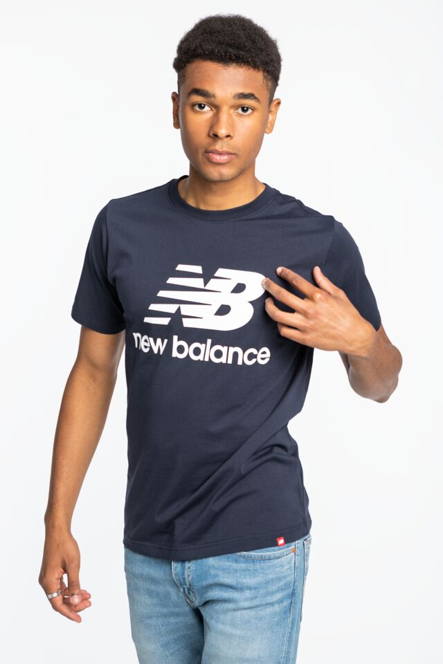 ESSENTIALS STACKED LOGO T ECL MT01575ECL NAVY/WHITE